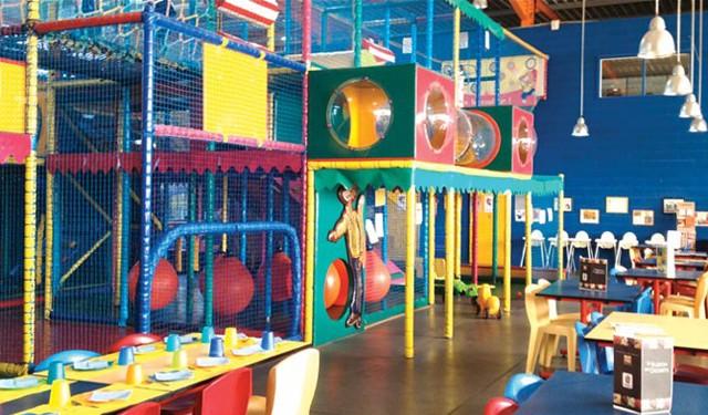 Okidz dispose d'un grand espace pour le jeu gonflable pour enfants de 3 à 14 ans